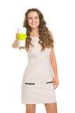 产生咖啡杯的微笑的少妇 免版税库存图片