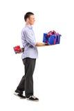 产生大礼品和隐藏一小一个的男 免版税库存图片