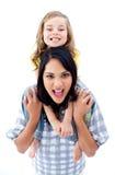 产生她的母亲肩扛乘驾的女儿 库存照片