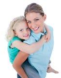 产生她的母亲肩扛乘驾的白肤金发的&# 免版税库存照片