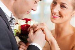 产生婚姻承诺婚礼的夫妇 免版税库存图片