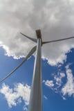 产生干净的金钱的力量的一台巨大的高科技工业风轮机的罕见的平直的特写镜头透视 库存图片