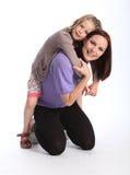 产生愉快的母亲贪心乘驾的回到女儿&# 库存图片