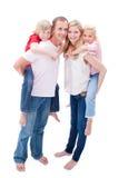 产生父项的子项扛在肩上他们的乘驾 免版税库存照片