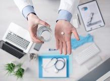 产生现有量药片药片计划的医生前面 免版税库存照片