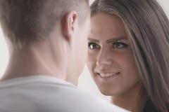 产生眼睛微笑的浪漫夫妇 免版税库存图片