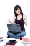 产生符号赞许年轻人的逗人喜爱的女&# 免版税库存图片