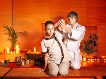 产生舒展按摩妇女的治疗学家。 图库摄影