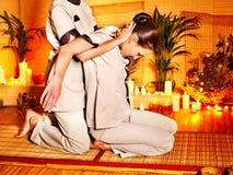 产生舒展按摩妇女的治疗学家。 免版税库存照片