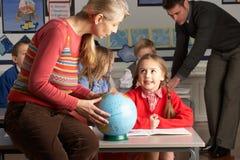 产生课程教师的儿童地理 库存图片