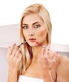 产生botox射入的妇女。 免版税库存照片