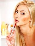 产生botox射入的妇女。 免版税库存图片