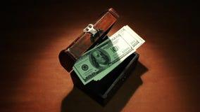 破产 通货膨胀 危机绘制下降的财务费率 最后金钱飞行在老胸口外面100美元钞票 艺术性的黑暗的backgroun 股票录像
