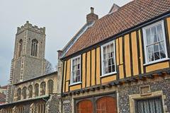 亨利烟肉位于Colegate和建造的一个用木材建造的木屋在与圣乔治Colegate教会的16世纪在backg 免版税库存图片