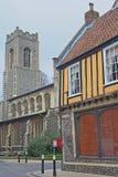 亨利烟肉位于Colegate和建造的一个用木材建造的木屋在与圣乔治Colegate教会的16世纪在backg 图库摄影