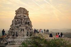 亨比古老废墟的游人  免版税图库摄影