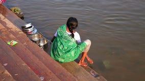 亨比,印度- 2013年4月:地方妇女洗涤的盘在河 影视素材