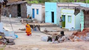 亨比,印度- 2013年4月:猛击街道的妇女 股票视频