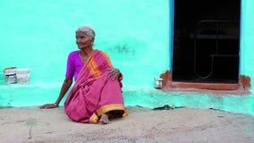 亨比,印度- 2013年4月:莎丽服的老妇人 股票视频