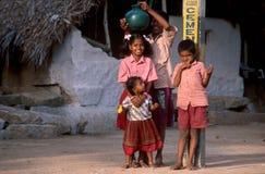 亨比, Kartanaka,印度,大约2002年6月:幼儿摆在 库存图片
