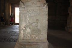 亨比Vittala寺庙石头柱子雕刻一个大象战士的战争场面有剑的 免版税库存图片