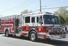亨廷顿庄园消防队在游行的消防车在亨廷顿,纽约 库存图片