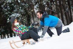 享受一个冬日的微笑的夫妇在山 库存照片