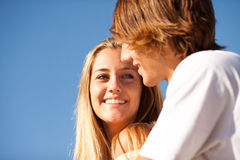 享受一个夏日的年轻美好的夫妇 免版税库存图片