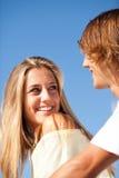 享受一个夏日的年轻美好的夫妇 库存照片