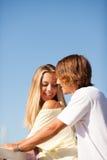 享受一个夏日的年轻美好的夫妇 免版税库存照片