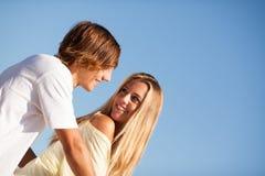 享受一个夏日的年轻美好的夫妇 图库摄影