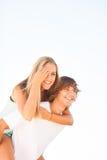 享受一个夏日的年轻美好的夫妇 免版税图库摄影