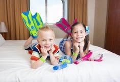 享受一个巡航假期的孩子 免版税库存图片