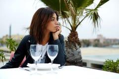 享受一个早晨好的可爱的美国黑人的妇女画象在餐馆,当坐在桌上时 免版税库存照片