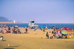 享受一个晴朗的夏天下午的海滩行人 免版税库存照片