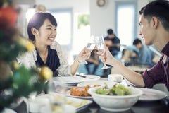 享受一个浪漫晚餐晚上的亚洲年轻夫妇喝wh 免版税库存照片