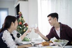 享受一个浪漫晚餐晚上的亚洲年轻夫妇喝wh 免版税图库摄影
