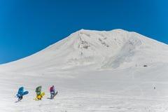 享受一个美好的冬天的挡雪板 免版税图库摄影