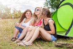 享受一个野营假日的小组朋友 免版税库存照片