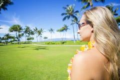 享受一个晴朗的夏威夷假期的妇女 免版税库存照片