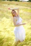 享受一个晴朗的夏日的愉快的逗人喜爱的女孩 库存照片