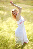 享受一个晴朗的夏日的愉快的逗人喜爱的女孩 免版税库存图片