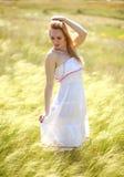 享受一个晴朗的夏日的愉快的逗人喜爱的女孩 库存图片