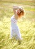 享受一个晴朗的夏日的愉快的逗人喜爱的女孩 图库摄影