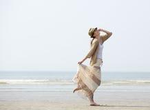 享受一天的妇女在海滩 免版税库存照片