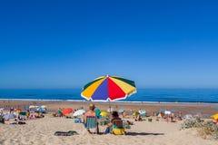 享受一天的资深夫妇在肋前缘da Caparica海岸的丰泰da Telha海滩 免版税库存图片
