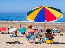 享受一天的资深夫妇在肋前缘da Caparica海岸的丰泰da Telha海滩 库存图片