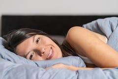 享受一懒惰天的微笑的可爱的妇女 图库摄影