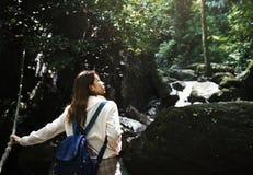 享受一次室外旅行的亚裔妇女 库存照片