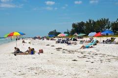 享受一海滩天的人们 免版税库存照片